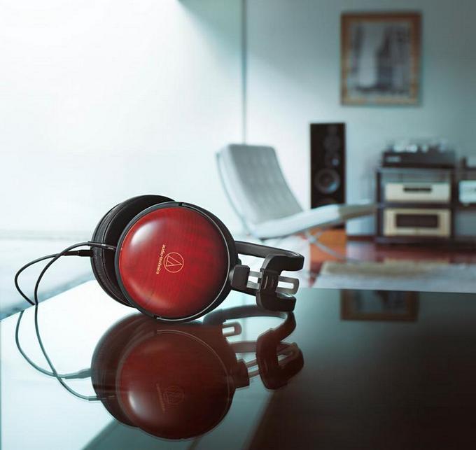 Třešňový a titanový HighEnd značky Audio-Technica