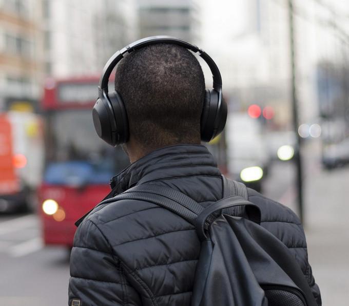 Nejlepší sluchátka pro poslech při práci - modely na cesty